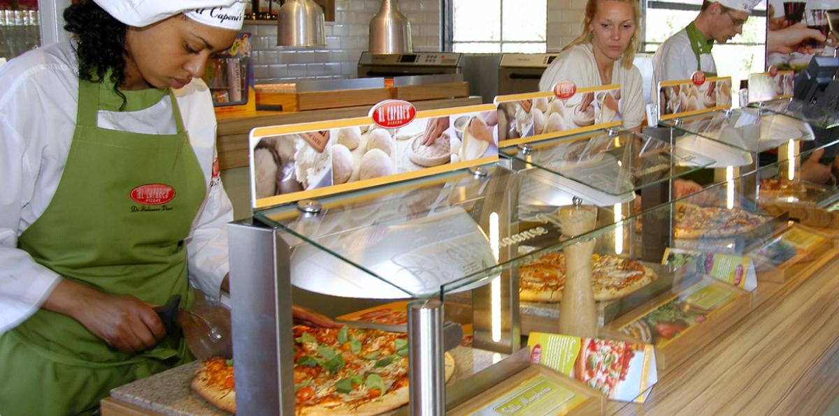 De warmhoudplaten in het Al Capone's Pizza's restaurant in de Keukenhof