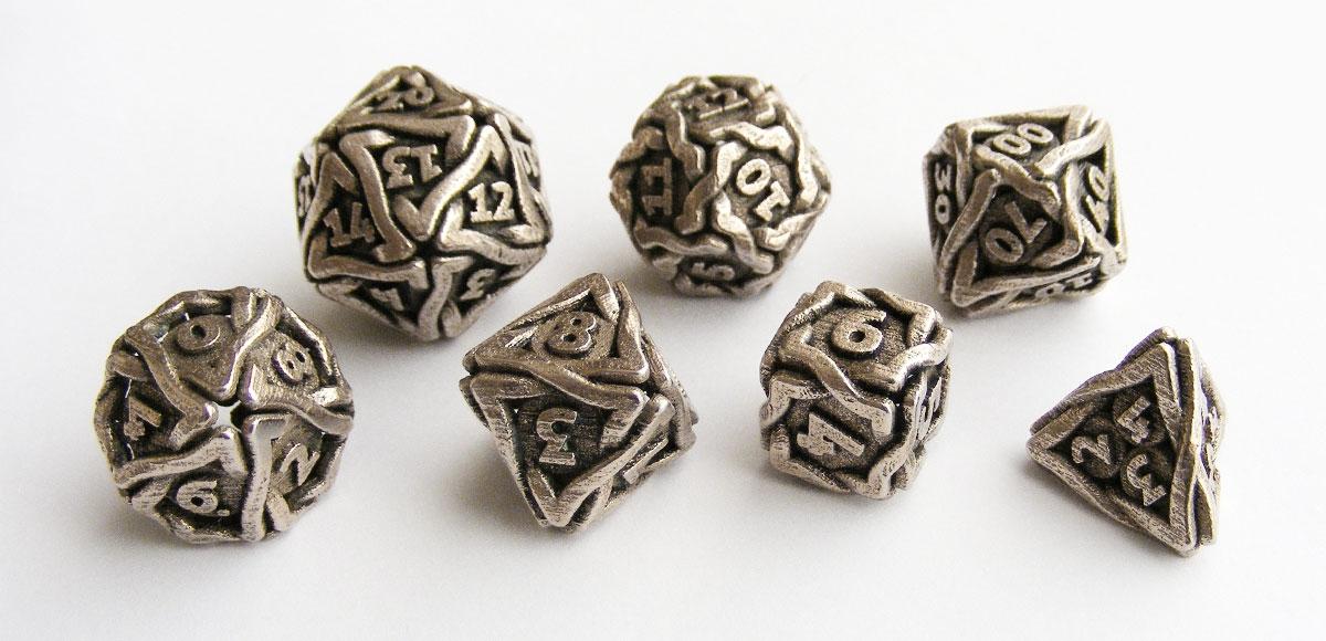 De complete set van zeven verschillende dobbelstenen